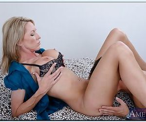 Gorgeous MILF Emma Starr gives a proper blowjob and gets shagged tough