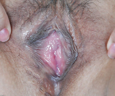 Slender Asian cutie Jhenny parting hairy bush for cervix viewing