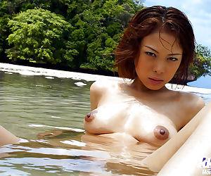 Fuckable asian babe Minami Aikawa slipping off her bikini outdoor