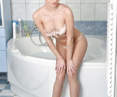 European babe Subil Arch showing off wet labia lips and ass in bathtub
