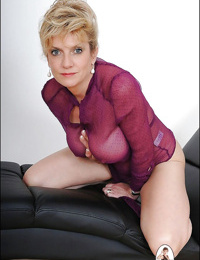 Tempting mature fetish lady revealing her round boobs and inviting cunt