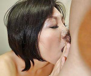 Asian MILF Mayumi Iihara gives a blowjob and enjoys passionate twatting