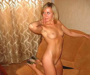 Pictures of a bombshell wife posing in the nude - part 2897