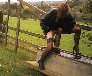 Mature lady pissing outside - part 3019