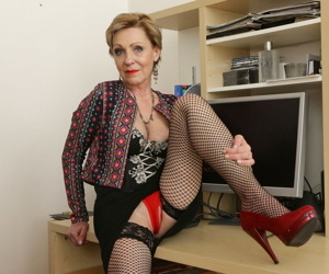Naughty mature lady playing with her wet pussy - part 2746