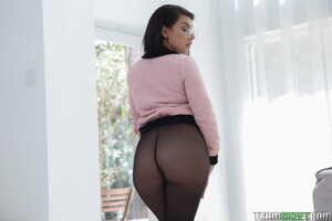 Beautiful Latina Valentina Jewels oils up her huge big ass for doggystyle