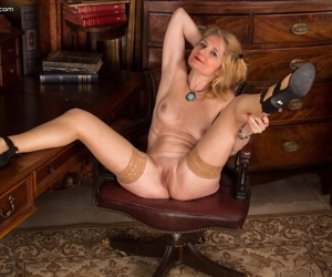 Amateur mature slut Lily Roma showing her juicy pussy close up on the desk