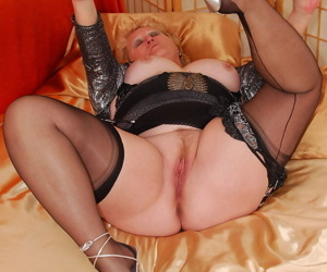 Fat mature lady Fanny pulls down her panties in nylons and garters