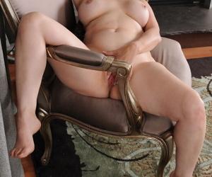 Lusty lady Raven Flight reaches orgasm during her masturbation session