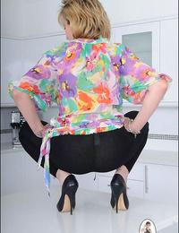 Long legged mom chick sonia in skintight leggings - part 2569