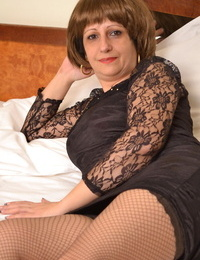 Horny mature slut playing with her wet cunt - part 2970