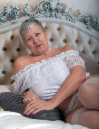 Granny first timer Savana lurks her naked body after liquidating lingerie on bed